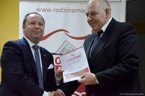 Leszek Dec odbiera certyfikat.