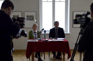 Na zdj. Jerzy Brzozowski, dyrektor Muzeum Okręgowego w Suwałkach oraz Eliza Ptaszyńska, kustosz.
