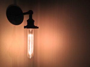 lampa-stylowa-na-scianie