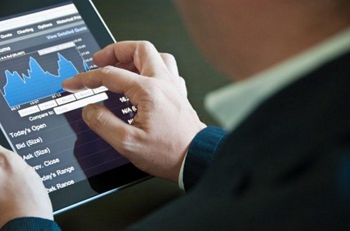 biznesmen_wykres_tablet