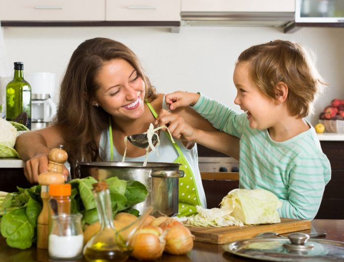 dziecko, kobieta, kuchnia, gotowanie. rodzina